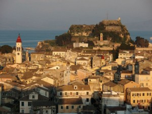Fonte: http://commons.wikimedia.org/wiki/File:Corfu_old_town_&_Old_Fortress.jpg