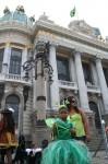 Rio de Janeiro - Máscaras frente ao Teatro Municipal
