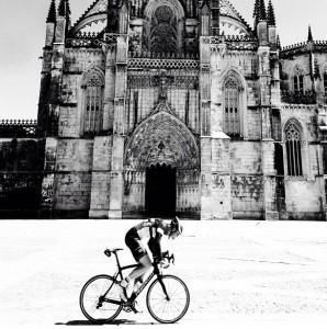 Markus, um dos ciclistas mais rápidos do grupo em frente ao Mosteiro da Batalha