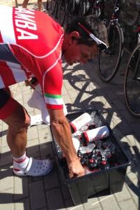 Raul Matias a preparar os bidons para o dia quente que se avizinhava. Agora massagista, Raul correu como profissional em 15 Voltas a Portugal