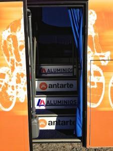 Entrada dos ciclistas para o autocarro da equipa profissional portuguesa LA-Antarte