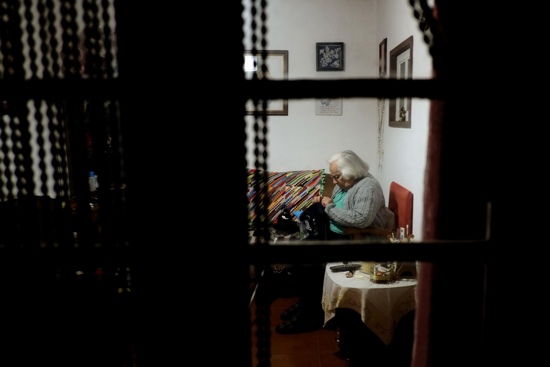 Dona Ines Ines , artesa que faz os barretes tipicos da Ilha do Corvo , Acores . Corvo , 05 de Abril de 2016 . ©Enric Vives-Rubio