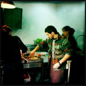 Alfredo colabora na preparação do jantar