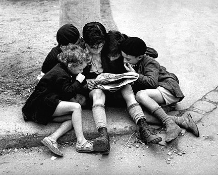 Foto: Fred Stein – Children Reading Newspaper, Paris 1936