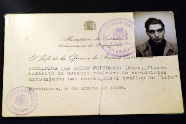 Carta de jornalista de Robert Capa usada durante a Guerra Civil de Espanha. Foto – AFP / Gérard Julien
