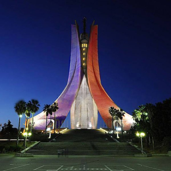 Ao contrário do que a imagem mostra, o monumento aos mortos da guerra de independência, em Argel, não foi iluminado com as cores da bandeira francesa,