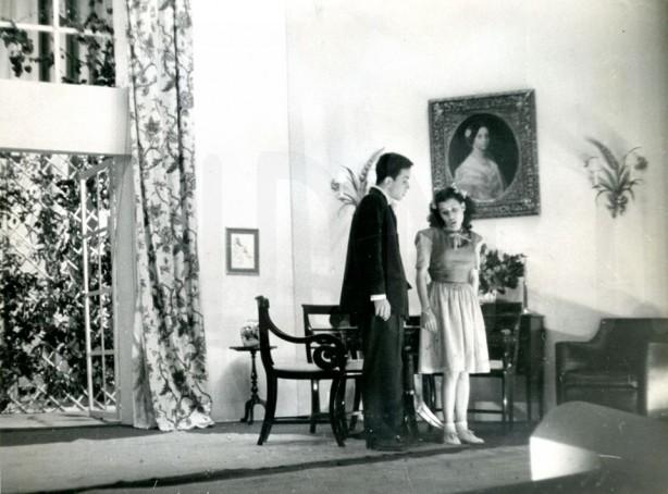 """Na fotografia, Maria Barroso contracena com Gabriel Pais no espetáculo """"Férias"""", estreado em 1945. Fot. Horácio Novais/TNDMII"""